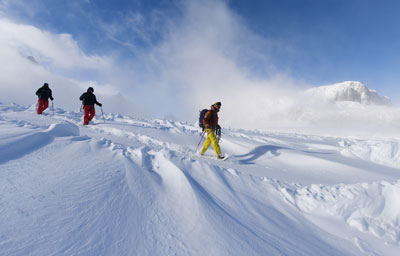 The practice of snowshoeing does not require any particular technical skill, you just have to like hiking